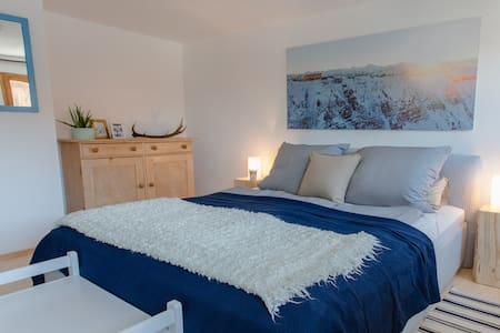 bed & bathroom with mountainview - Trauchgau  - 公寓