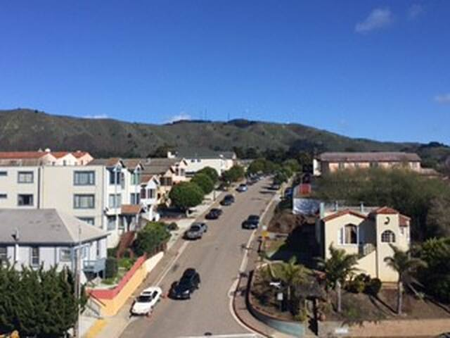 Top Floor Master bedroom/bath across train station - Colma - Apartment