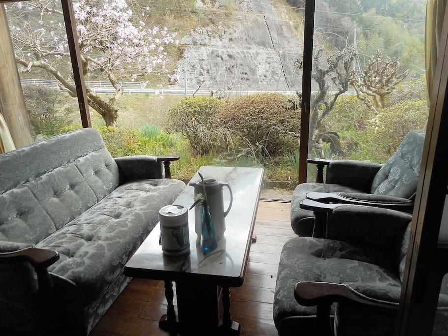 南側に広縁がありソファに座って外の山々の風景を楽しむことができます。