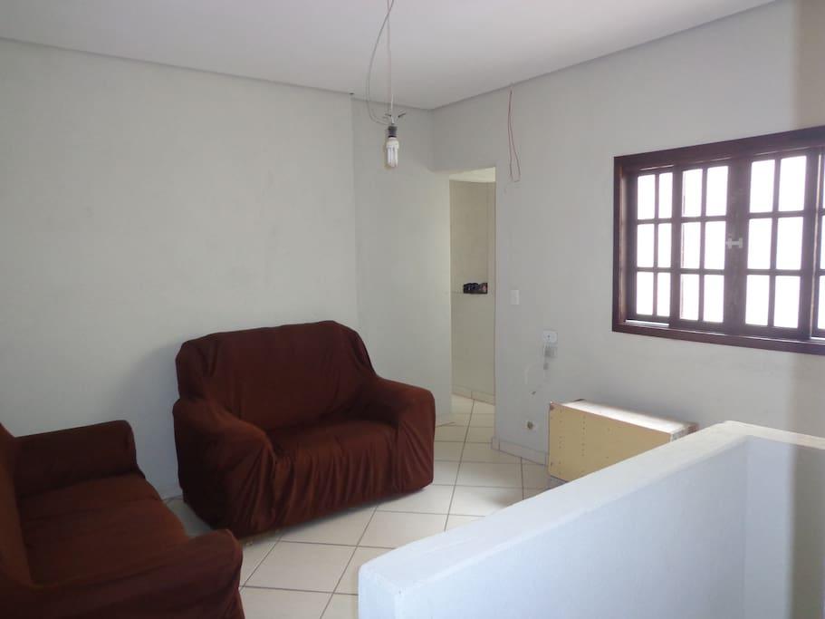 Uma das duas salas do sobrado, confortável e com acesso a TV.