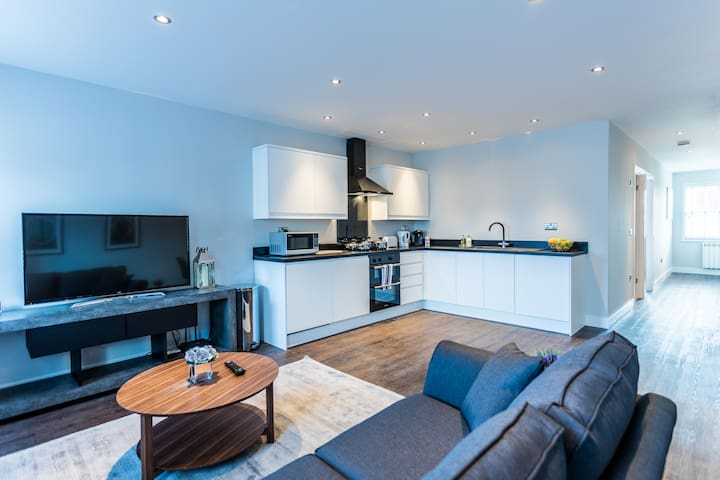 Wiltshire Suite - Luxury Serviced Flat in Old Town