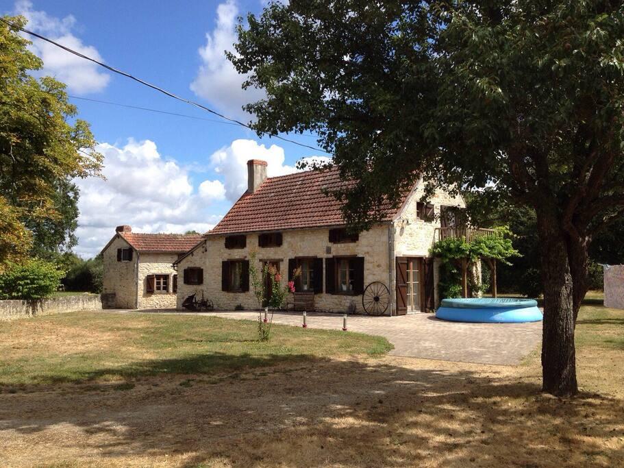 Villa met bijgebouw en zomers met zwembad (halve meter diep)