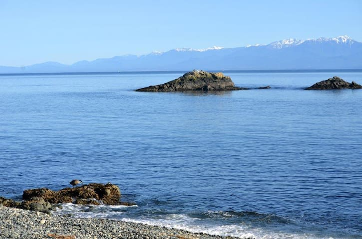 Poirier Cove - house on the beach - Sooke