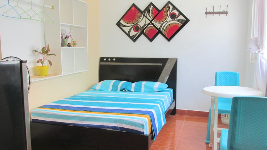 Studio doble, AC, TV, Wifi, baño|15 min del centro