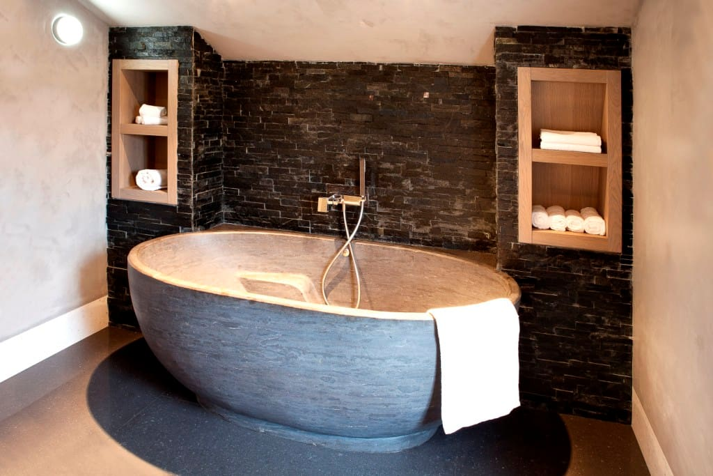 Luxe badkamer met bad, douche en dubbele wastafel