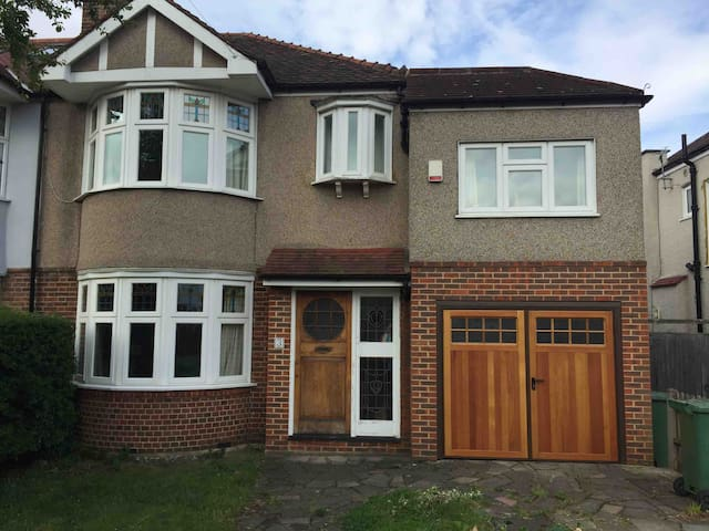 4 Bedroom House in South West London fits 7 people