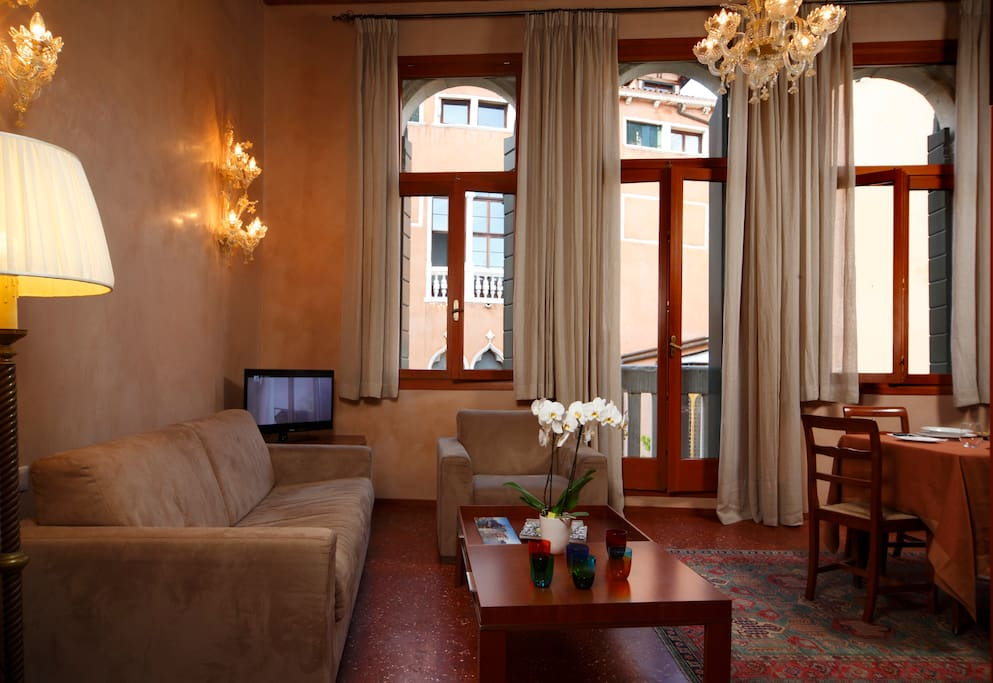 Located on the second floor of a quiet 16th century Venetian Palace (with a spaciuos LIFT), it is very bright and overlooks an idyllic venetian canal