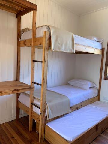 Una de las tres habitaciones con camas superpuestas, cada una con lugar para cinco personas.
