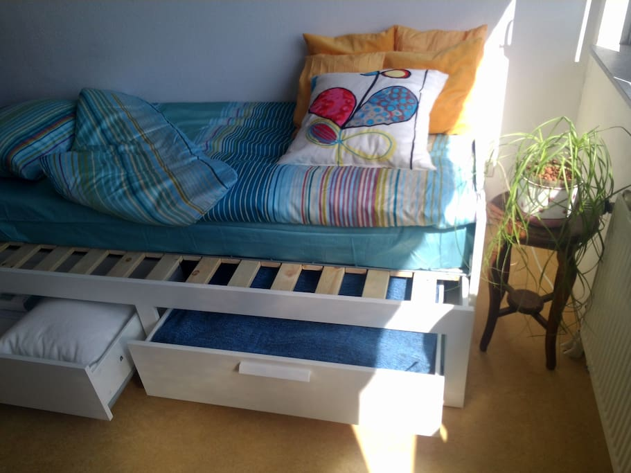 Single bed, or a complete double one. 2 mattresses and a choice of one double or 2 single quilts.