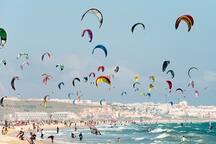 Andora è rinomata per la possibilità di praticare gli sports acquatici quali   windsurf, kitesurf e surf da onda, conosciuta per il libeccio con le sue spettacolari mareggiate e per il vento termico di 15/20 nodi