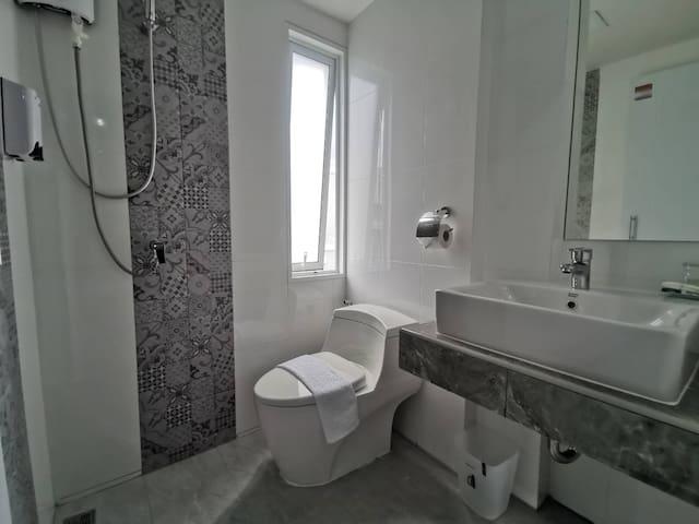 ห้องน้ำสะอาด มีเครื่องทำน้ำอุ่น