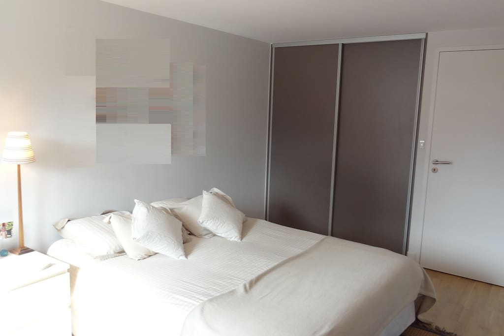 Chambre 2 avec lit double 160 cm / Room #2 with queen size bed