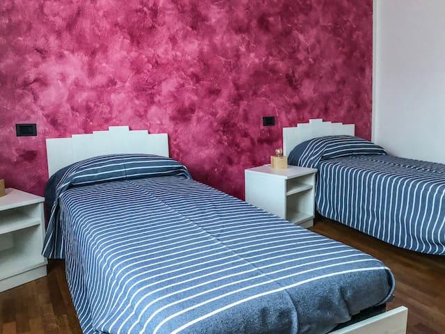 Camera Rosa predisposta con 2 letti singoli