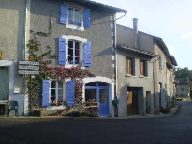 Bed and Breakfast in Village House - Les Salles-Lavauguyon - Huis