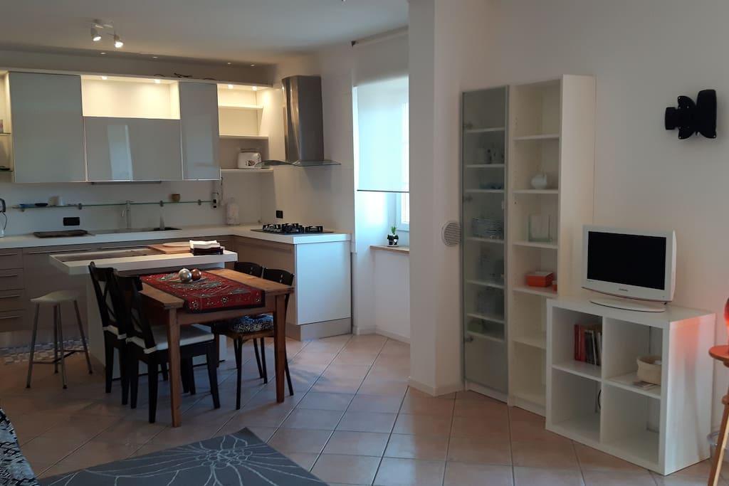 angolo cucina e parte del soggiorno
