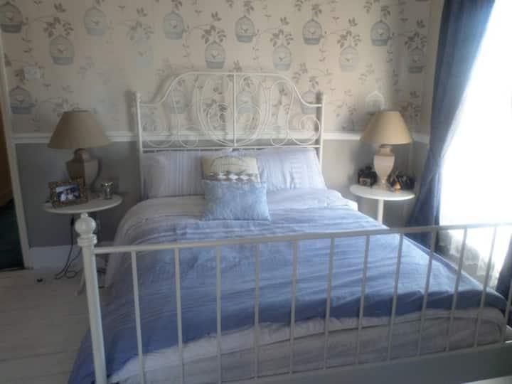 Private room in Alverstoke village, 2mins to beach