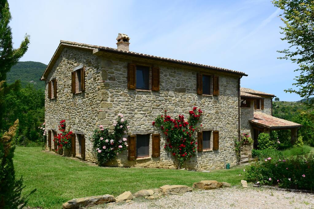 A beautiful and spacious farmhouse houses for rent in for Rent a home in italy
