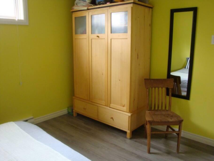 Grande commode, un miroir et une chaise!