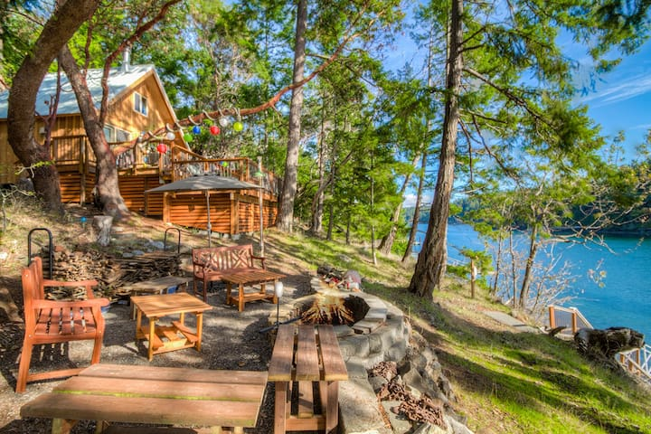 NEW LISTING! BEACH & DOCK ACCESS! AMAZING VIEW! (Neil Bay Waterfront Retreat)