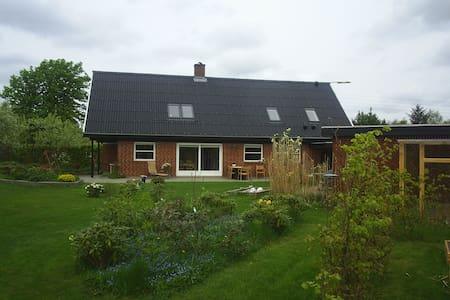 Stort hus med drømmehaven til børn - ved Danacup - Hjørring - Casa