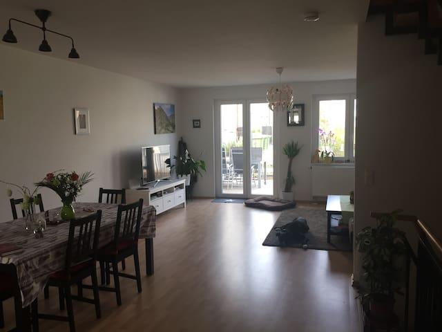 Bis zu 2 Zimmer in wunderschönem Reihenmittelhaus - Marbach am Neckar - Casa