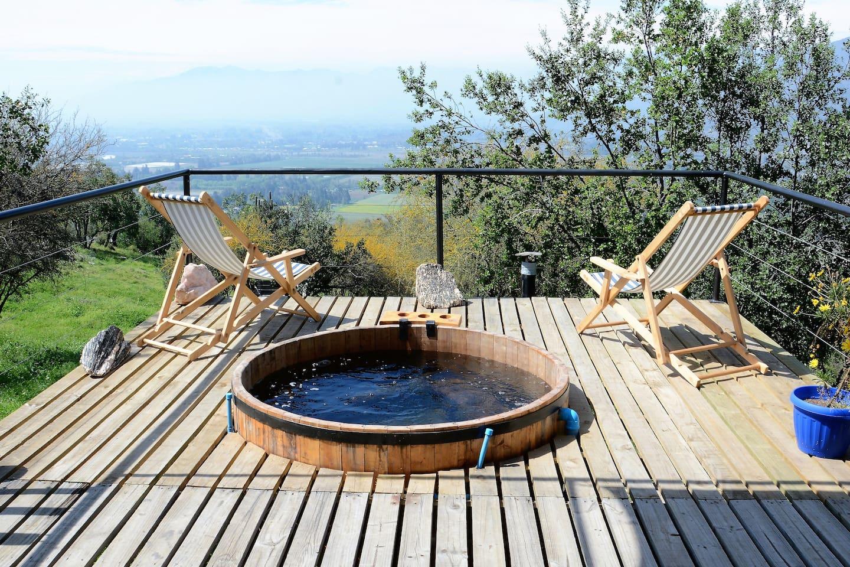 Para el invierno se dispone sobre la terraza una tinaja con agua caliente y vista al valle. En verano existe además la piscina.