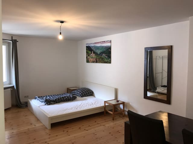 Spacious, quiet and cosy room in Kreuzberg