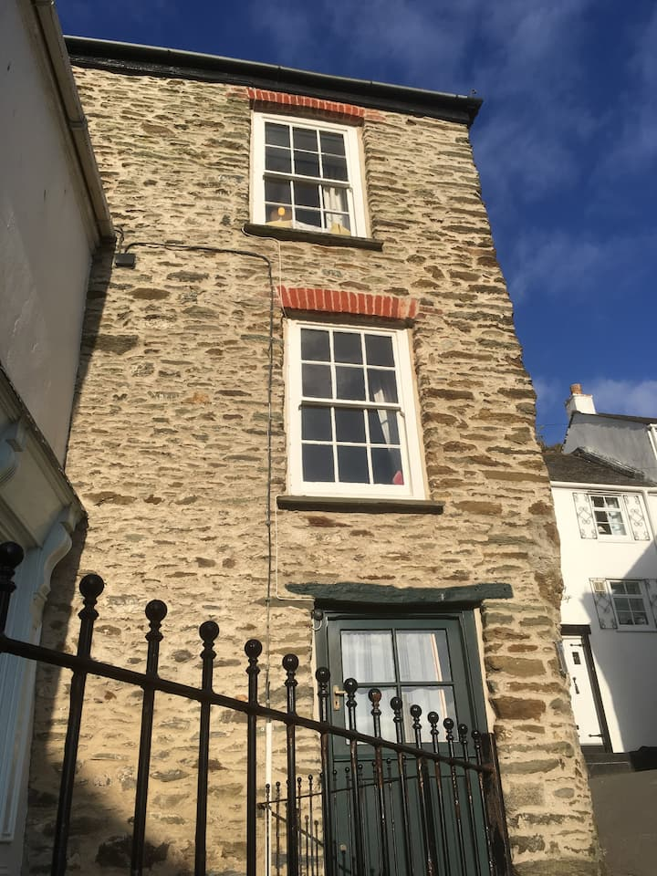 Tuckers Luck: cosy cottage in Fowey, river views