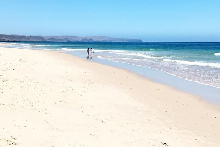 Bright, beachy, affordable cottage - Carrickalinga