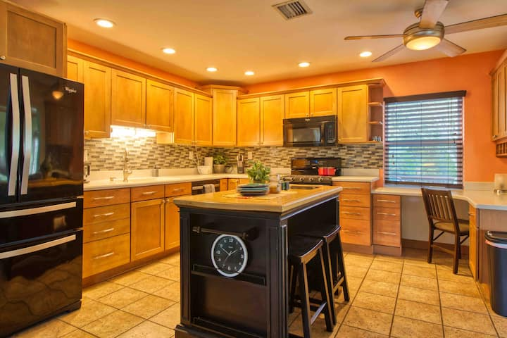 12 min. from clearwater beach, Large deck & pool!