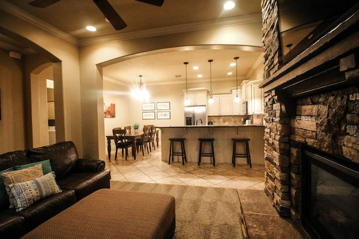 Top Floor Fireplace and Jetted tub 2 Bed 2 Bath sleeps up to 10