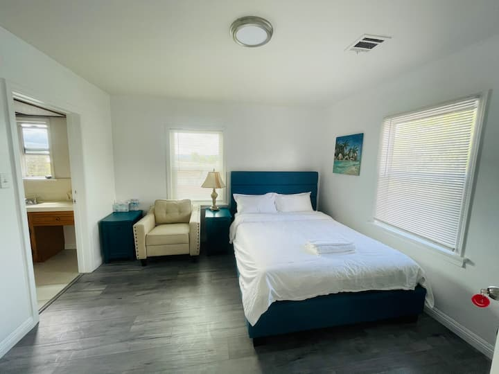 4⃣️ Queen bed room with private bathroom