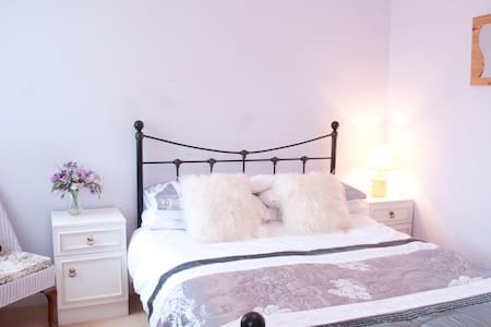 "Sunny Double ""Lilac"" Bedroom  - Angmering - Casa"