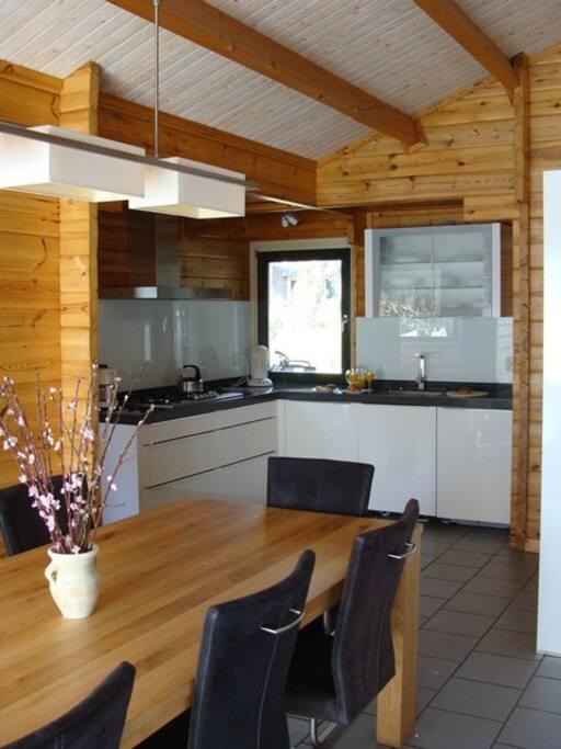 Luxe keuken voorzien van allerlei inbouwapparatuur.