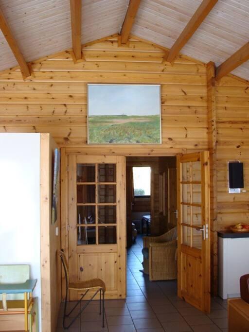 Doorkijkje vanuit de woonkamer naar de hal. Hoog plafond!