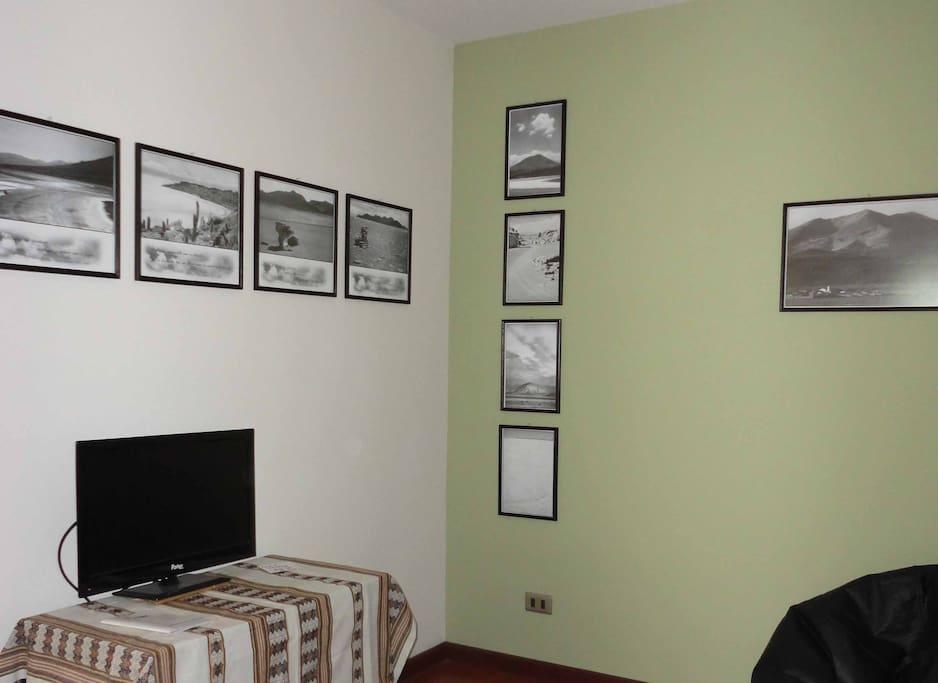 Televisor en cuartito aparte. Fotos del Salar de Uyuni.
