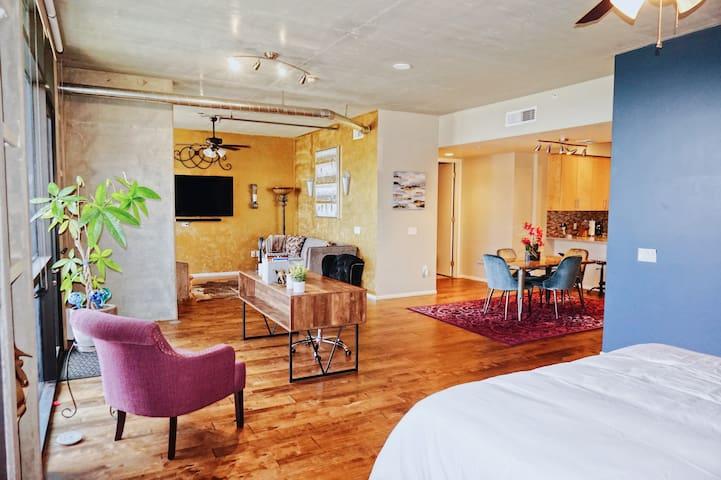 Stunning Luxury Condo, great location & amenities