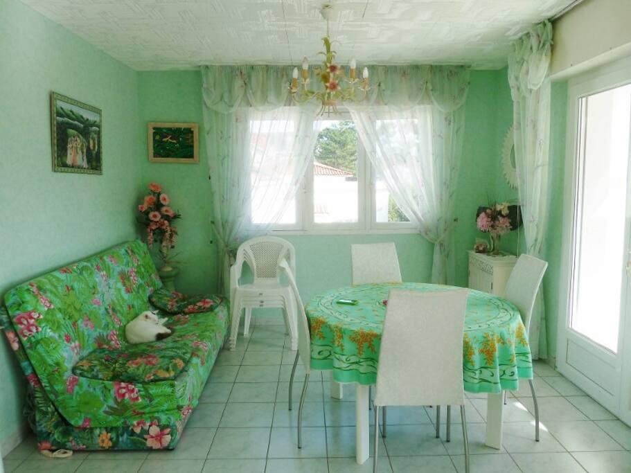 Salle à manger en L avec le salon, séparés par un rideau avec clic clac