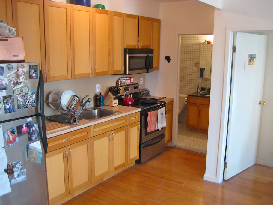 Fully equipped kitchen (sans dishwasher) -- incl. juicer, blender, Cuisinart mixer, and more