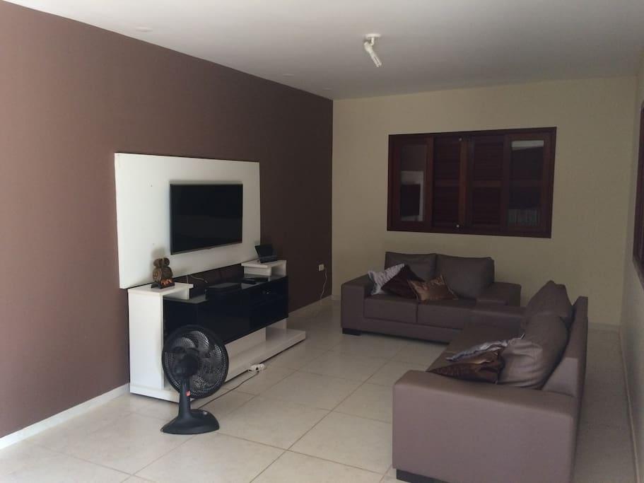 """Sala de estar com TV 32"""" e DVD com 2 sofás (total 5 lugares)"""
