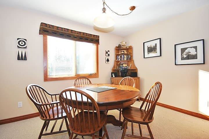 Timberline 16: 2 BD sleeps 9 with Private Hot Tub