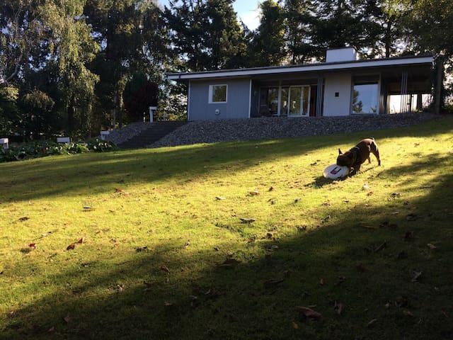 Idyllisk sommerhus på bakketop - Fårevejle - House
