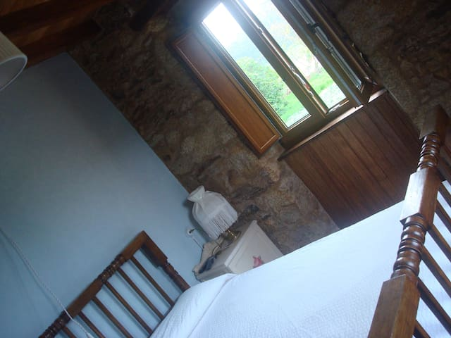Dormitorio con cama de 135.