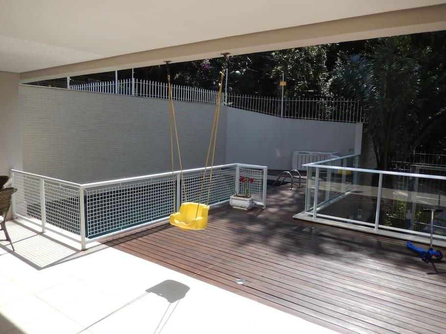 deck e piscina parte da frente da casa
