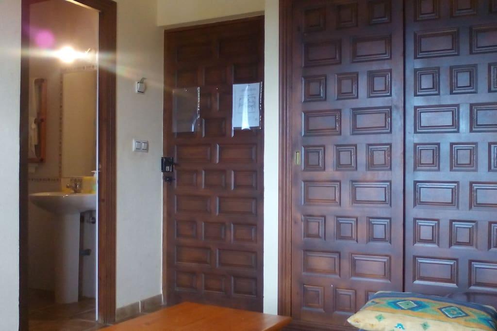 armario puerta entrada y baño