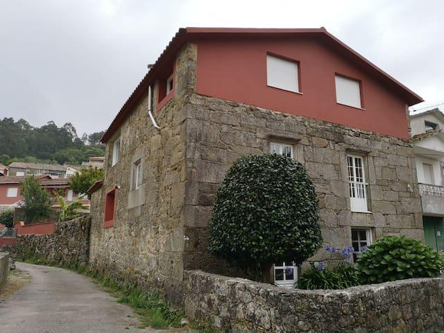 Casa rural con vistas al mar y a la montaña
