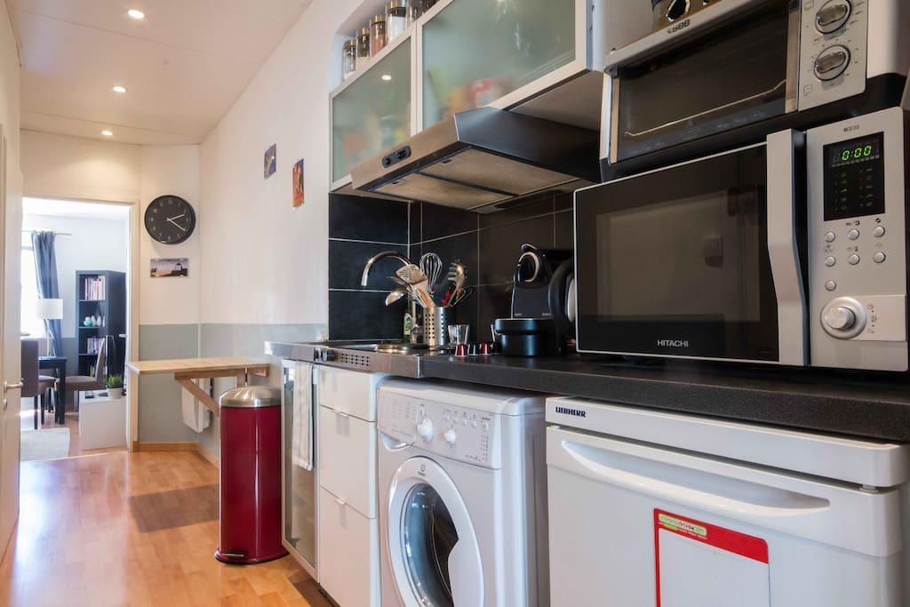 cuisine : plaques, machine à café Nespresso, lave-linge, bouilloire... et nombreux ustensiles de cuisine