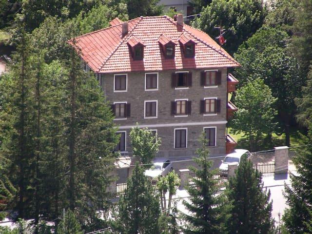 Pragelato luminoso bilocale in villa a piano terra - Pragelato-ruà - Huoneisto