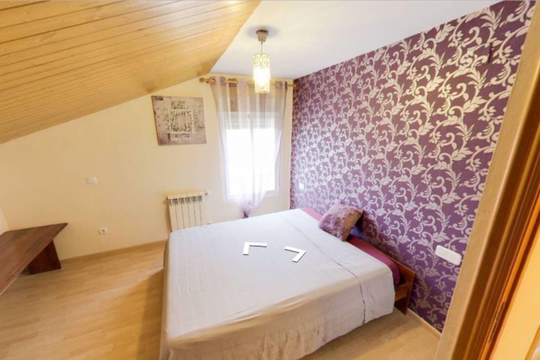 amplio dormitorio lila con vestidor y armario