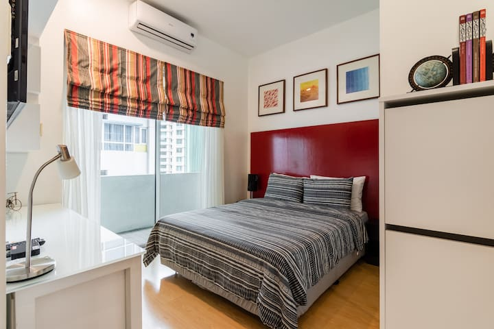 (B) 3BR/2T&B in BGC max of 8 Guests w/ 50mbps WiFi